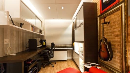 no-apartamento-projetado-pela-arquiteta-juliana-pippi-o-estudio-de-11-m-ganhou-isolamento-acustico-a-parede-revestida-de-tijolo-ingles-a-persiana-em-tecido-o-gesso-rebaixado-no-1374636665369_1920x1080.jpg